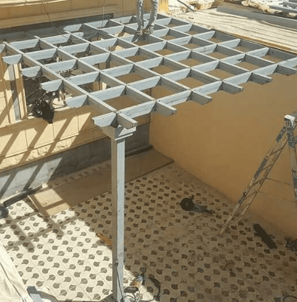 مظلة خشب لجلسات اسطح المنازل في خميس مشيط